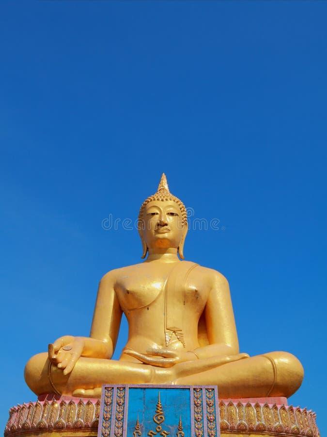 Grande statua dorata del Buddha fotografie stock