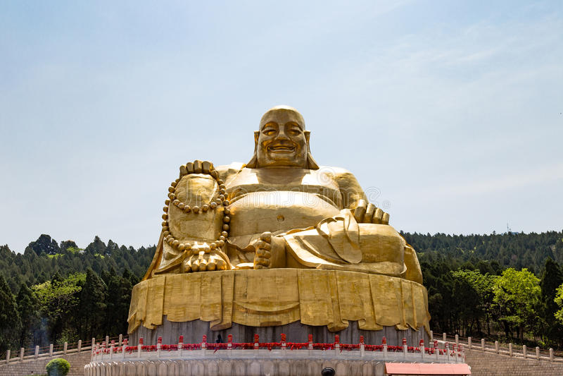 Grande statua dorata di Buddha nello Shan di Qianfo, Jinan, Cina immagine stock