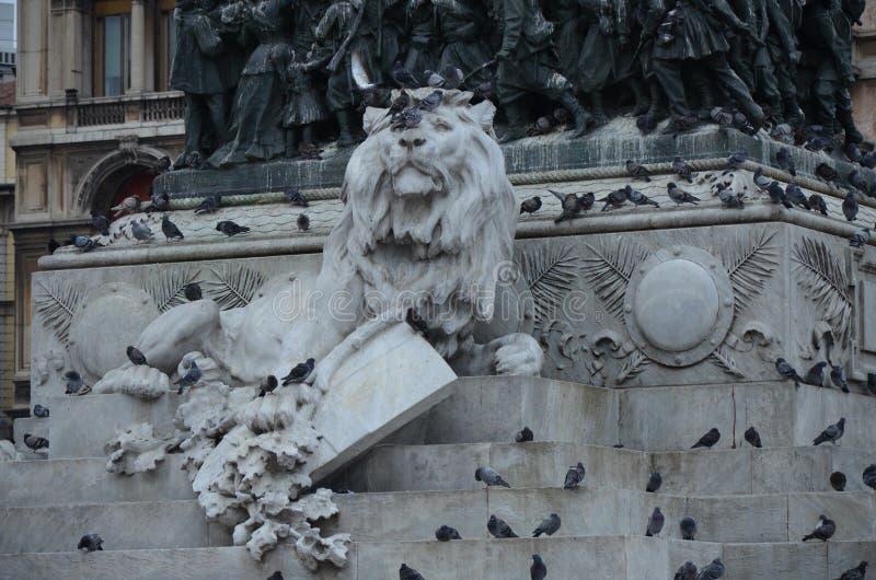Grande statua equestre di Vittorio Emanuele II nella citt? di Milano fotografia stock