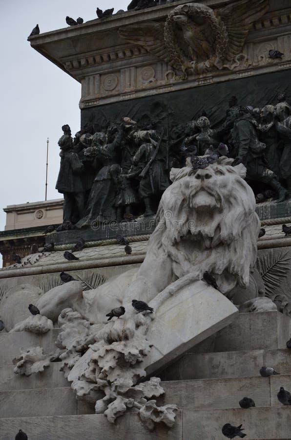 Grande statua equestre di Vittorio Emanuele II nella citt? di Milano immagini stock libere da diritti