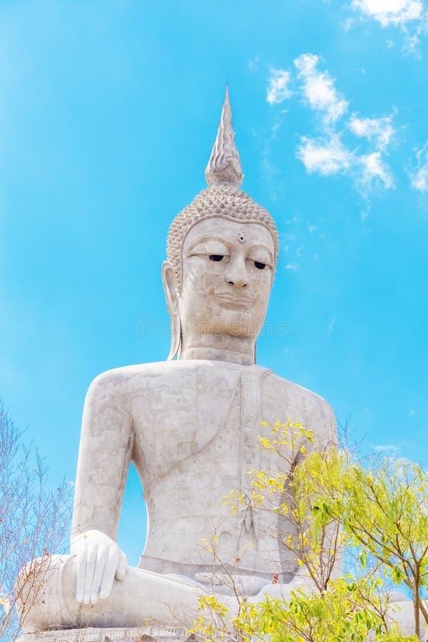 Grande statue de Bouddha avec le ciel au temple de Wat Phu Manorom Footprint, images stock
