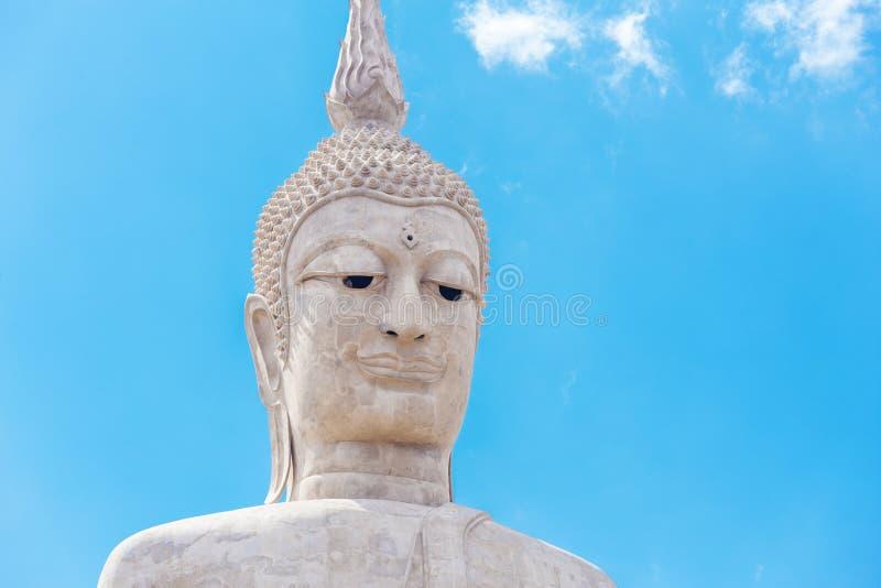 Grande statue de Bouddha avec le ciel au temple de Wat Phu Manorom Footprint, photographie stock