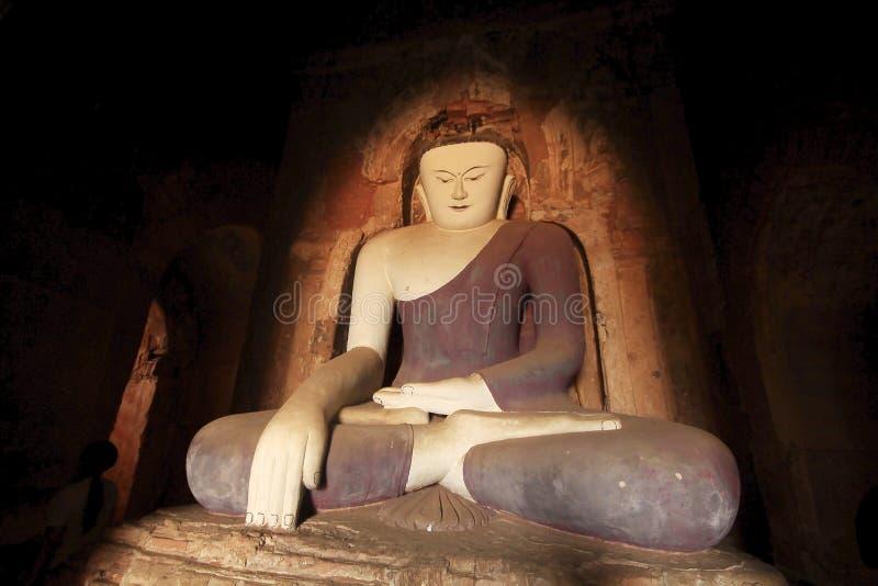 Grande statue de Bouddha dans le temple de Bagan image stock