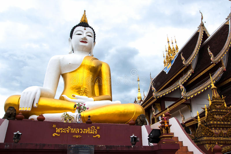 Grande statue de Bouddha dans le temple Monthian chez Chiangmai Thaïlande photographie stock libre de droits