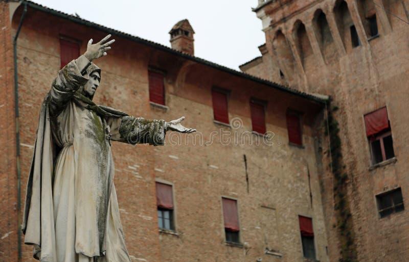 Grande statue de Savonarola Girolamo à Ferrare en l'Italie et Ca images libres de droits