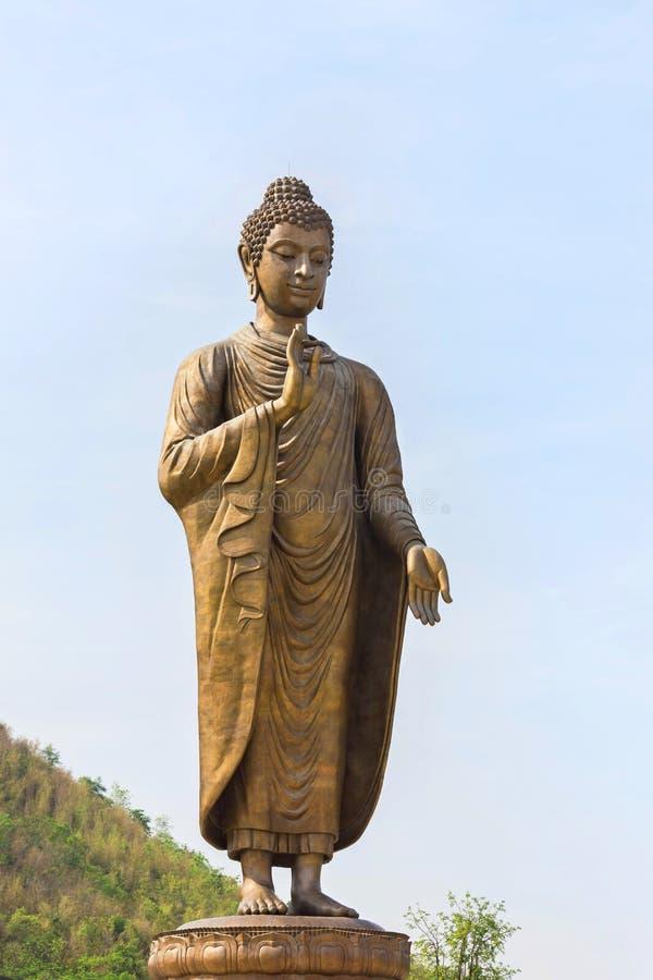 Grande statue en bronze de Bouddha se tenant dans le temple thaïlandais public de thipsukhontharam de wat photos stock