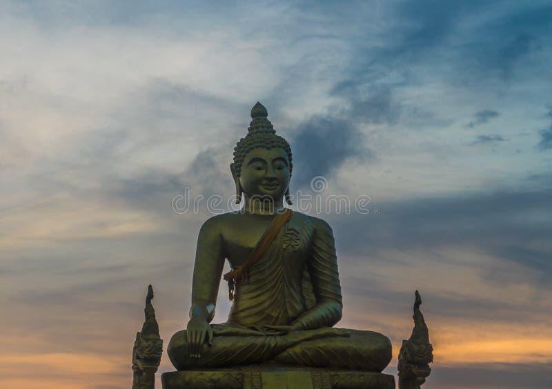 Grande statue non finie de Bouddha chez Wat Phrathong photos stock