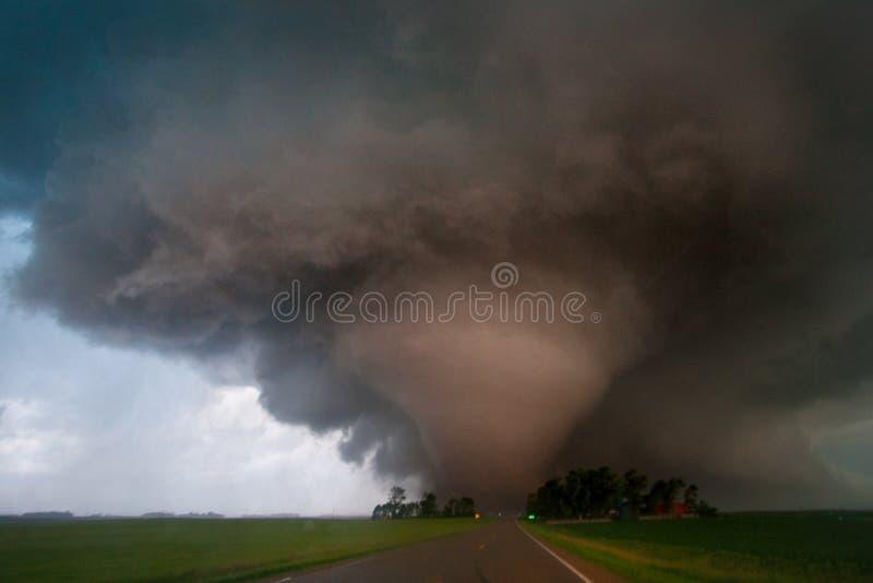 Grande strada dell'incrocio di tornado nel Minnesota del sud immagine stock