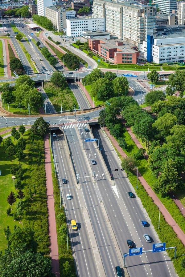 Grande strada principale con la rotonda nella città olandese di Rotterdam immagine stock