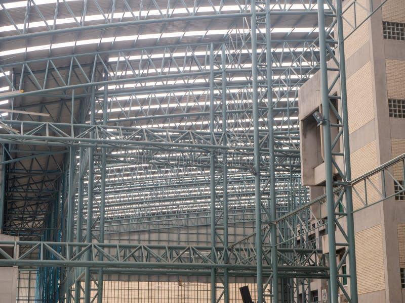 Grande structure de plafond de toit de plaque d'acier d'entrepôt, avec des poutres de fer image libre de droits
