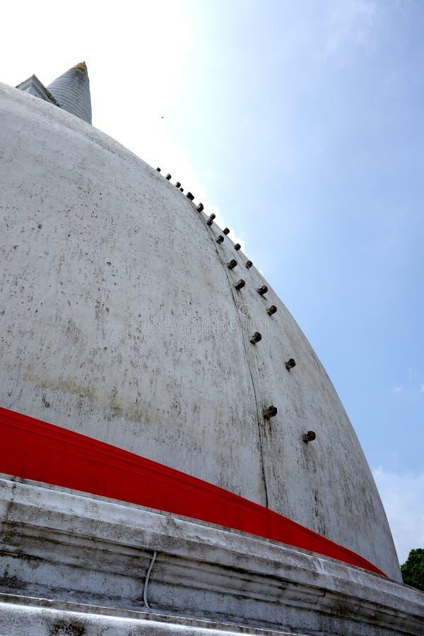 Grande Stupa branco com fita vermelha imagens de stock