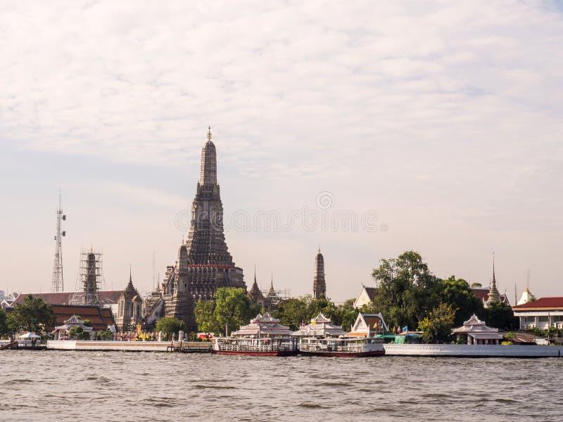 Grande stupa del tempio di alba a Bangkok fotografie stock libere da diritti