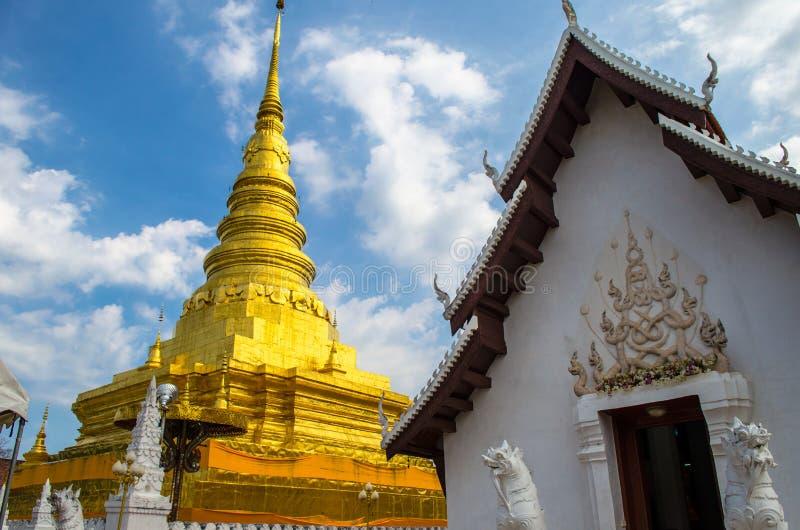 Grande stupa dourado com grande igreja fotografia de stock royalty free