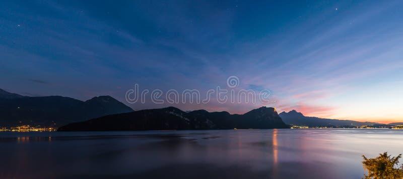 Grande supplemento magnifico di panorama di notte largamente XL Svizzera fotografia stock libera da diritti