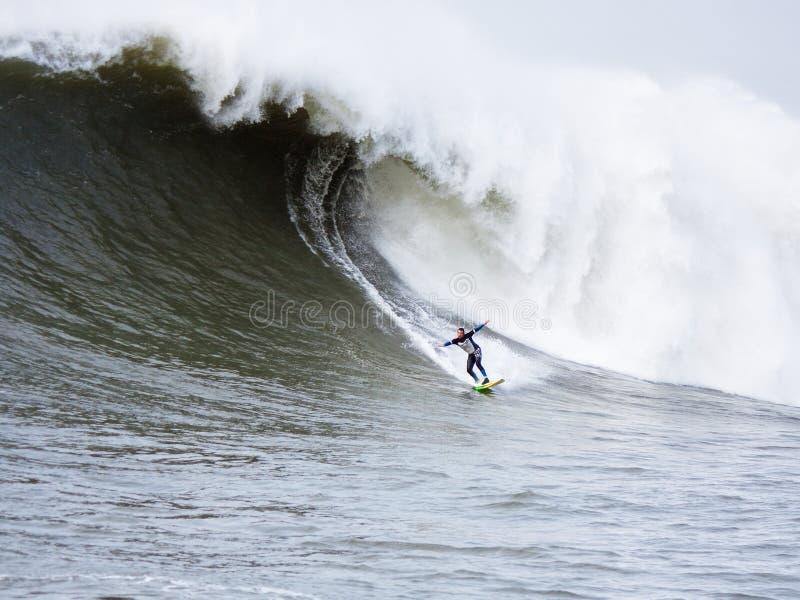 Grande surfista Anthony Tashnick Surfing Mavericks California di Wave fotografia stock libera da diritti
