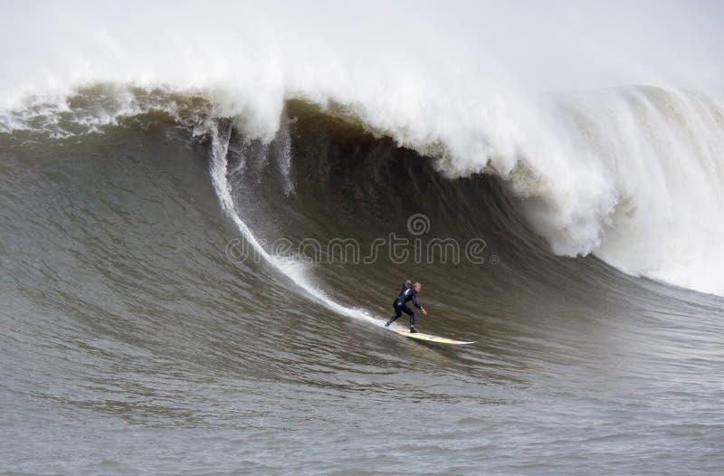 Grande surfista Tanner Gudauskas Surfing Mavericks California di Wave immagine stock
