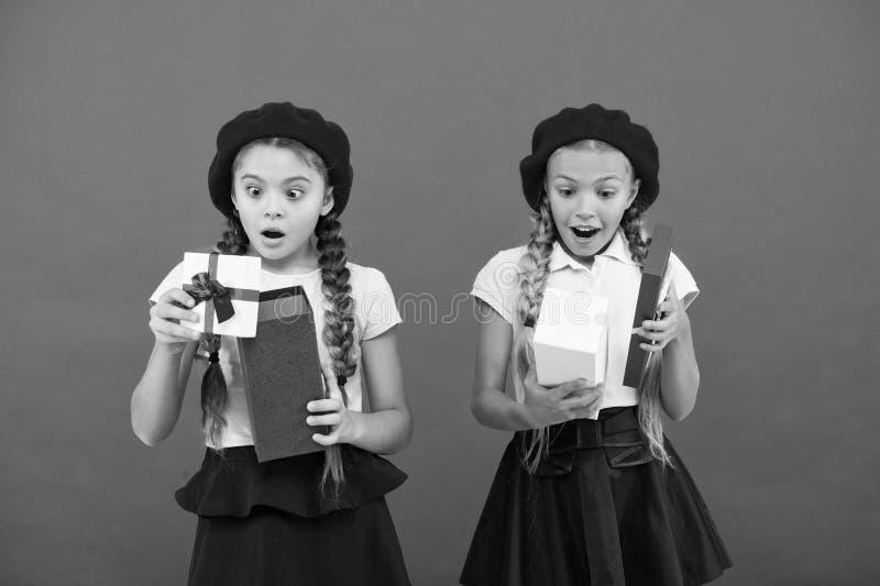 grande surprise Filles mignonnes ouvrant leurs pr?sents Surprise de joyeux anniversaire Petits enfants heureux tenant des bo?te-c images stock