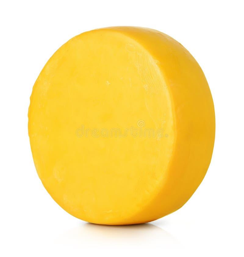 Grande tête de fromage rond sur le fond blanc Le fichier contient un chemin à l'isolement photo libre de droits