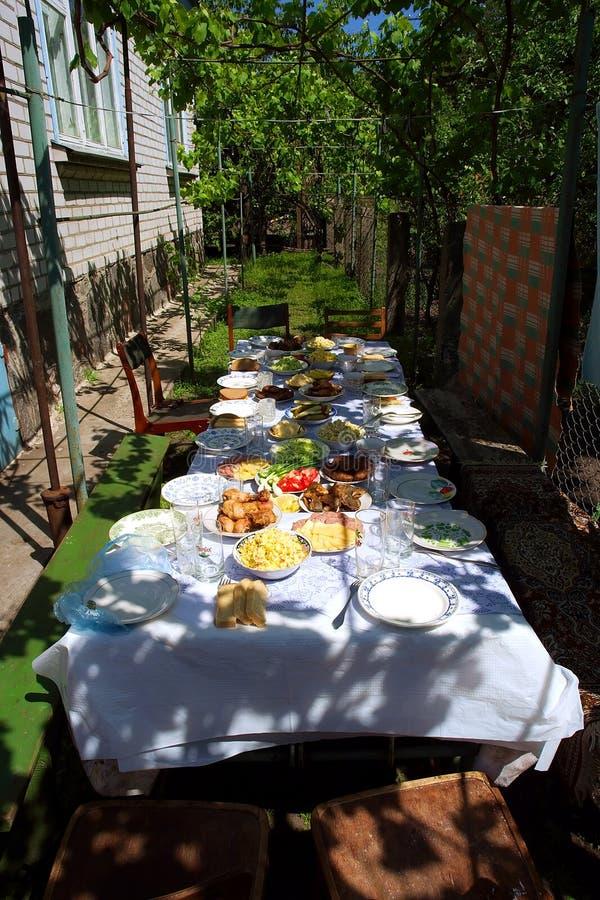 Grande tabella del pranzo in ombra fotografie stock libere da diritti
