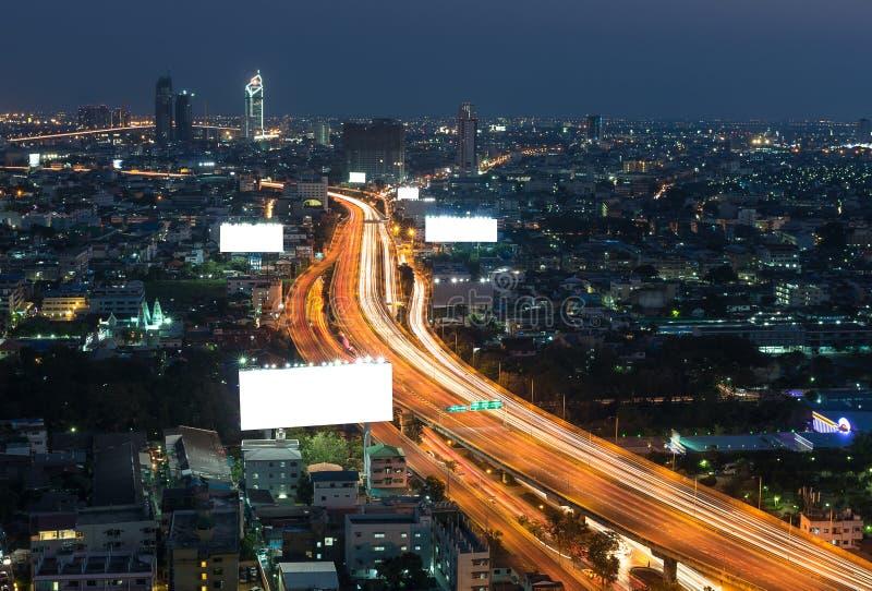 Grande tabellone per le affissioni in bianco con la superstrada e paesaggio urbano a Ti crepuscolare fotografia stock