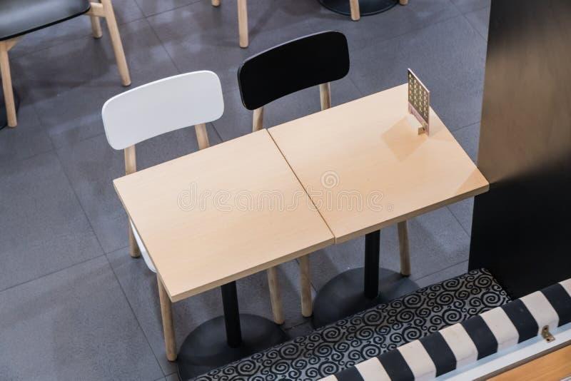 Grande table de réunion de Brown avec des chaises photo libre de droits