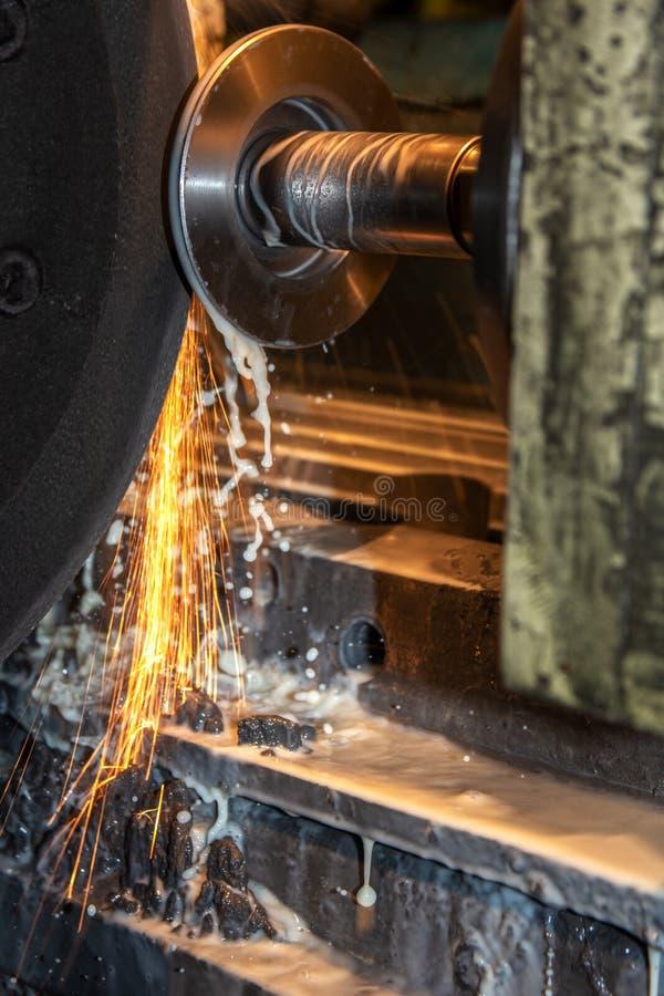 Grande taglio di macchina industriale del tornio di CNC del primo piano la barretta d'acciaio con le scintille immagini stock libere da diritti