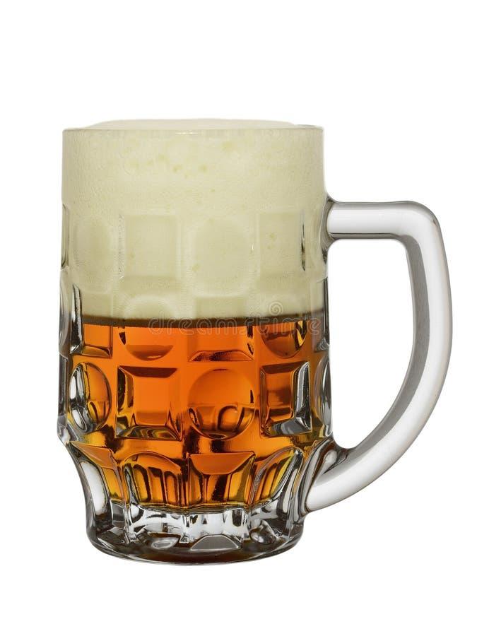 Grande tasse avec de la bière de couleur ambre à moitié pleine avec la mousse, d'isolement sur un fond blanc photographie stock