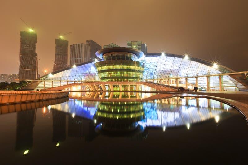 Grande teatro di Hangzhou la riflessione nell'acqua alla notte fotografia stock
