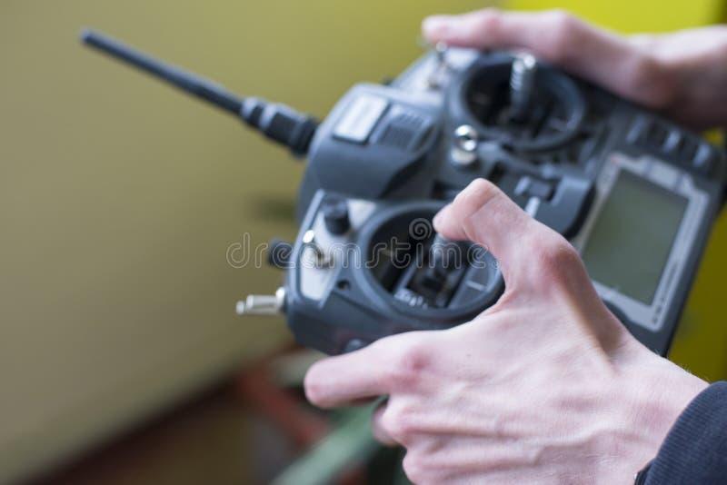 Grande telecomando radiofonico nella mano del ` s del ragazzo fotografie stock libere da diritti