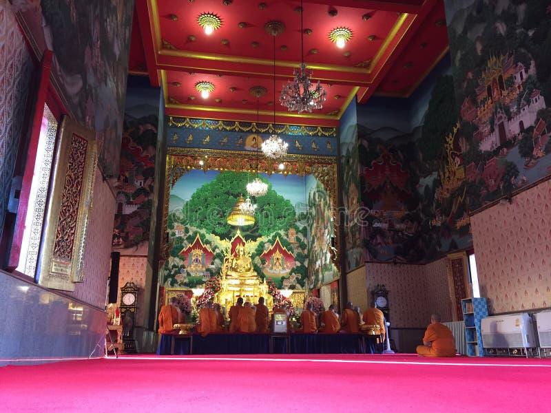 Grande tempio con pregare dei monaci immagini stock libere da diritti