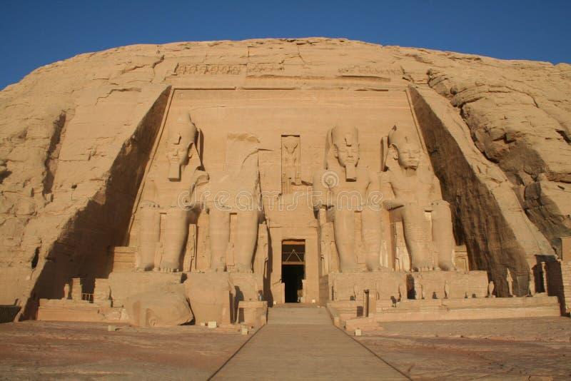 Grande) templo de Abu Simbel Greater (- estátuas do rei Ramesses II (òs) [perto do lago Nasser, Egito, estados árabes, África] imagens de stock royalty free