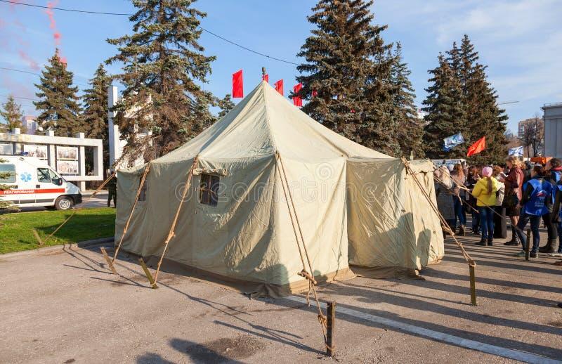 Grande tente militaire à la place de Kuibyshev en Samara, Russie photo libre de droits
