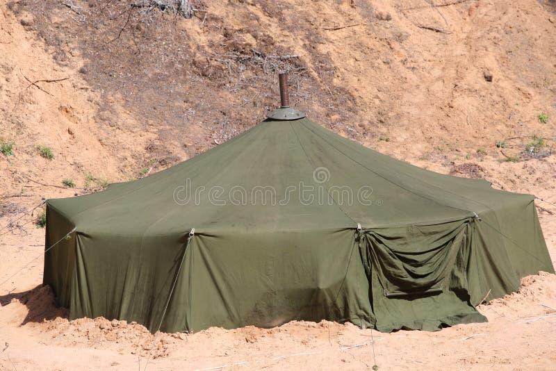Grande tente militaire dans le domaine photographie stock