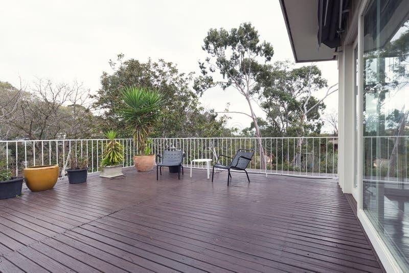 Grande terrasse de patio de plate-forme avec vue sur les cimes d'arbre photo libre de droits