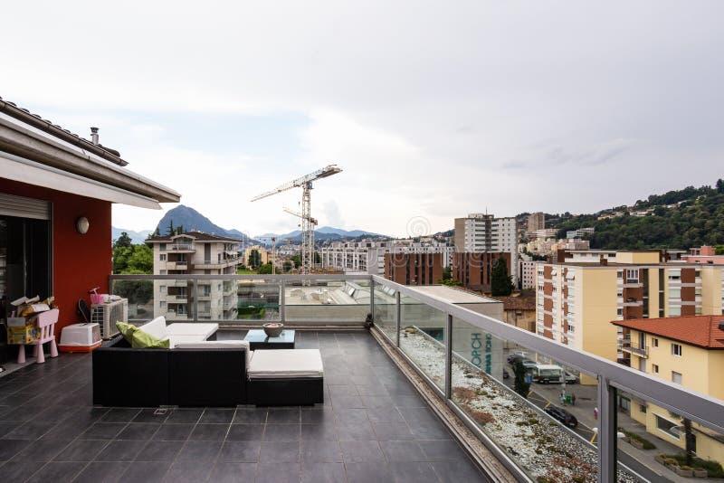 Grande terrazzo ammobiliato di mobilia all'aperto immagini stock libere da diritti