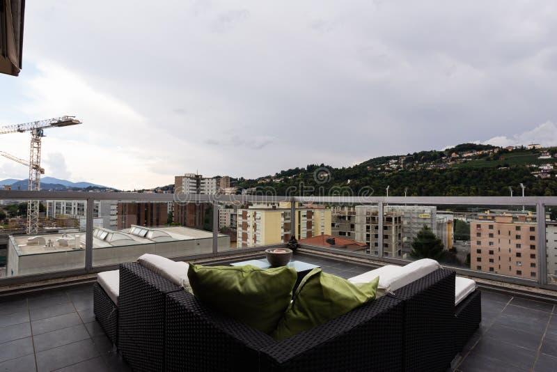 Grande terrazzo ammobiliato di mobilia all'aperto fotografie stock libere da diritti