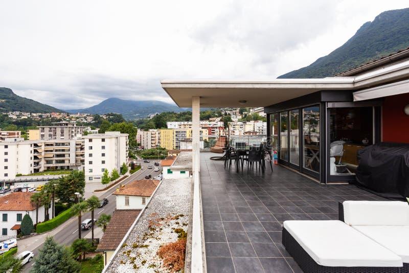 Grande terrazzo ammobiliato di mobilia all'aperto immagine stock