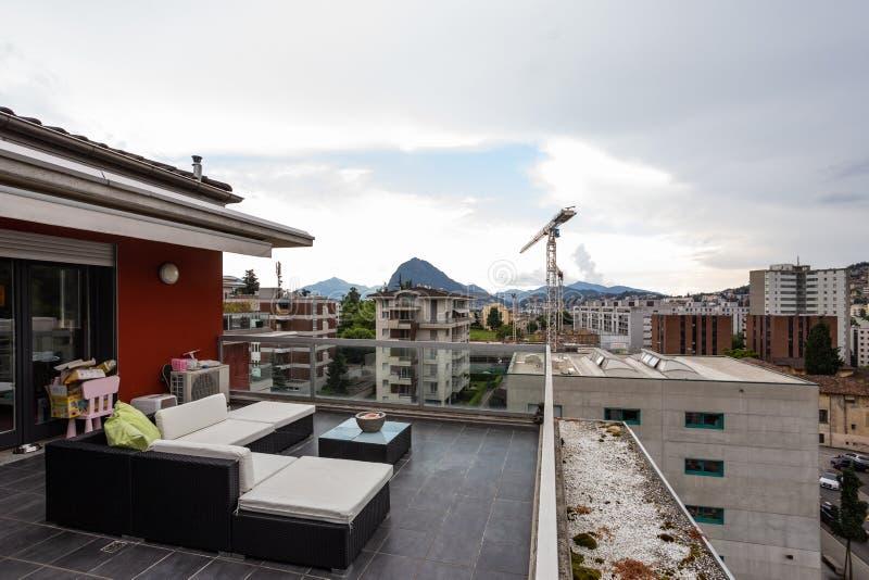 Grande terrazzo ammobiliato di mobilia all'aperto fotografia stock