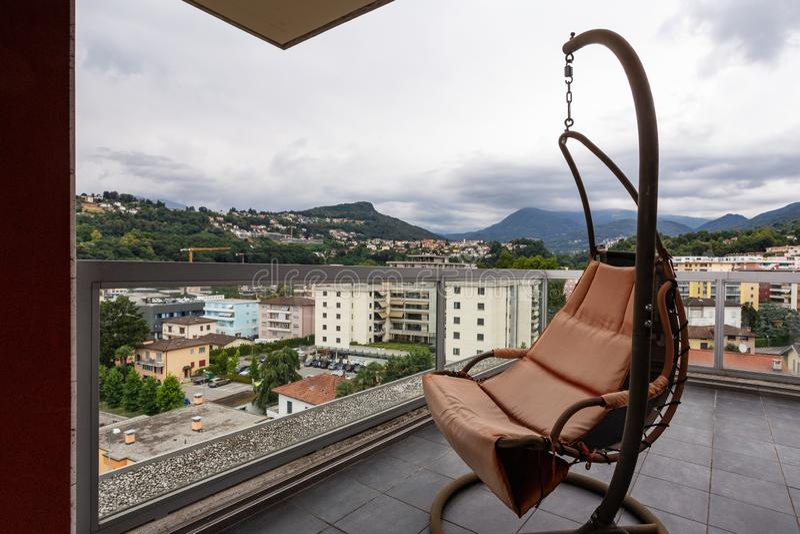 Grande terrazzo ammobiliato di mobilia all'aperto fotografia stock libera da diritti