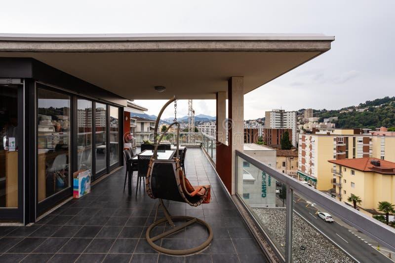 Grande terrazzo ammobiliato di mobilia all'aperto fotografie stock