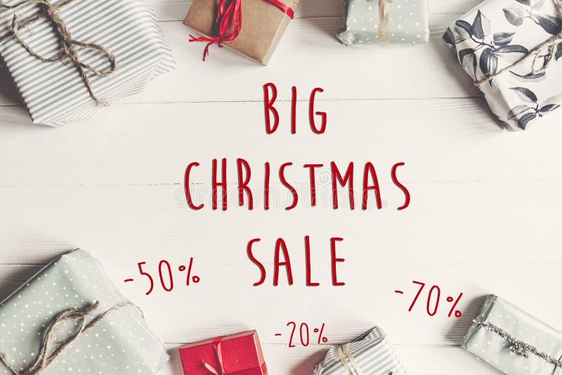 Grande testo di vendita di Natale offerta di sconto di 50 e 70 per cento Wrapp immagini stock libere da diritti