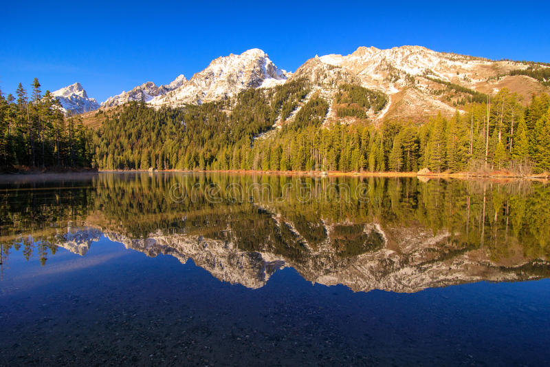 Grande Tetons dal lago leigh immagini stock libere da diritti