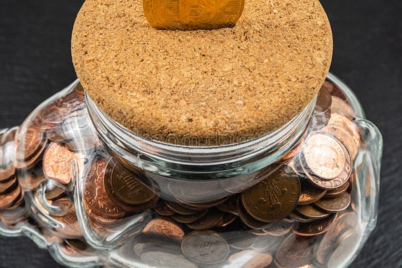 Grande tirelire de tirelire, pot en verre d'argent avec les pièces de monnaie britanniques photos stock