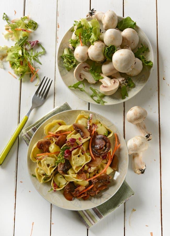 Grande tortellini com cogumelos e a chicória vermelha fotografia de stock