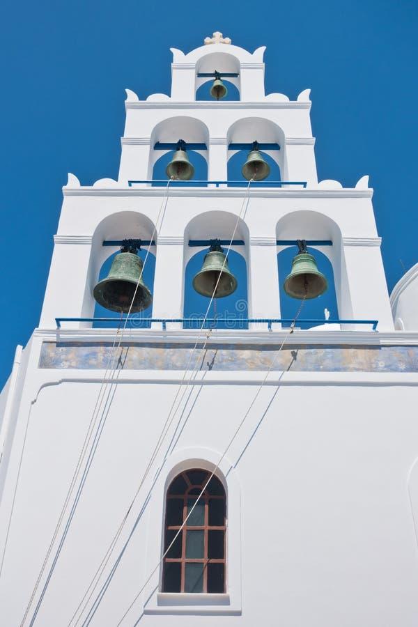 Grande tour de cloche avec 6 cloches d'église de Panagia au village d'Oia à l'île de Santorini photo libre de droits