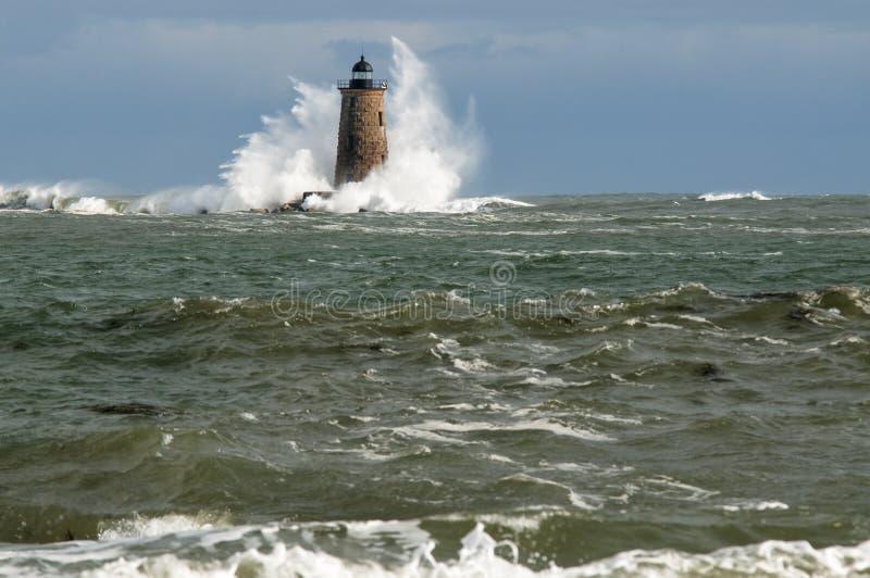 Grande tour de phare de pierre de couverture de vagues dans Maine photo stock