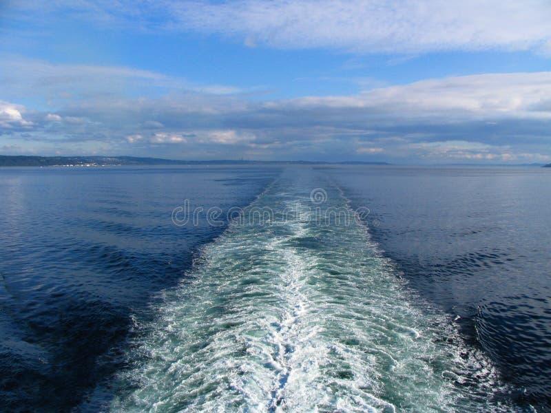 Grande traînée de fan de bateau sur la surface de mer avec des nuages en ciel bleu images stock