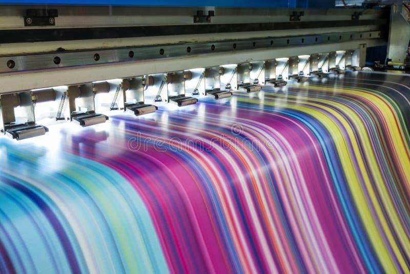 Grande trabalho da impressora a jato de tinta multicolorido na bandeira do vinil fotografia de stock