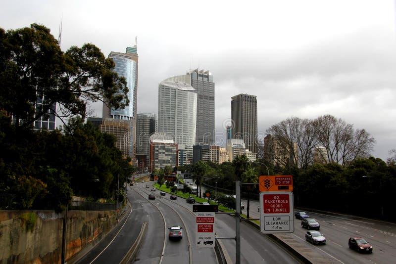 Grande traffico di città il giorno piovoso immagini stock libere da diritti