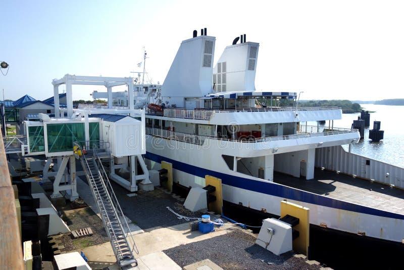 Grande traghetto messo in bacino fotografia stock